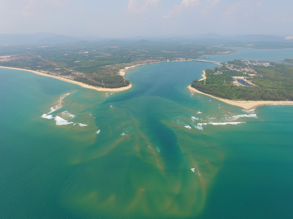 Sandbars at the entrance to Chong Pak Phra Channel - Image courtesy of Lee Marine International Marine Brokerage. Photographer: Jim Poulsen