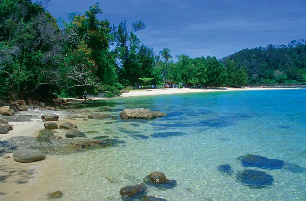 Peaceful beach at Tunku Abdul Rahman Marine Park - Photo by www.sabah.edu.my