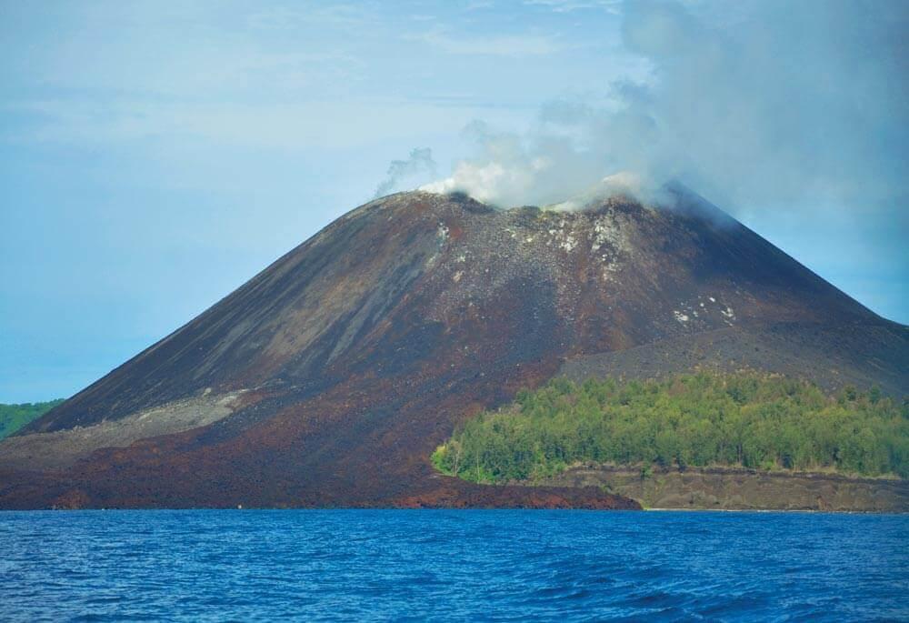 A peaceful Anak Krakatau in January 2016 | Photo by Tyke – commons.wikimedia.org
