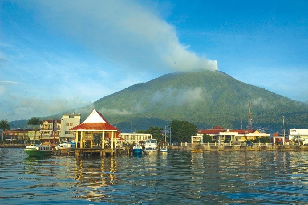 Ternate city with Gunung Api Gamalama in the background | Photo by Ricard Buxo
