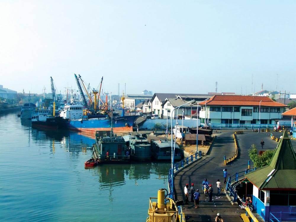 Ujung Port, Surabaya | Photo by Sakurai Midori  – commons.wikimedia.org